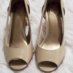 NWOT Life Stride tan shoes